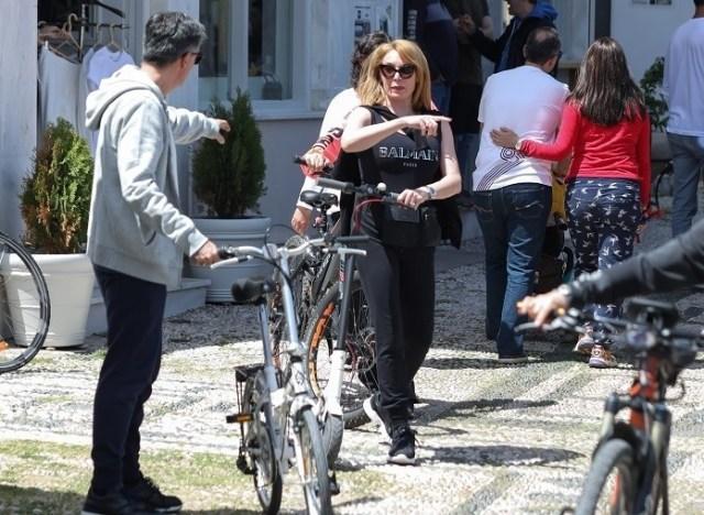 Τατιάνα Στεφανίδου: Με ηλεκτρονικό πατίνι γύρισες τις Σπέτσες με τον Ευαγγελάτο!