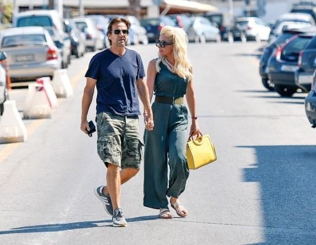 Ελένη Μενεγάκη: Με ολόσωμη φόρμα των 69,95 ευρώ βγήκε βόλτα με τον Ματέο! Που θα την βρεις;