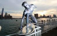 Gümüş Sörfçü New York Sokaklarında!