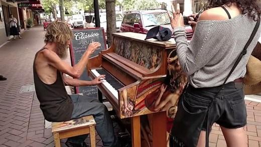 evsiz adamdan piyano resitali