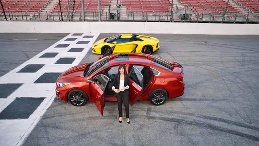 Lamborghini Aventador ve 2019 Kia Forte pist kapışması