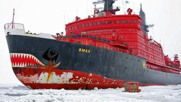 Buz Tutmuş Dev Gemi Harbor Limanına Yanaşırken
