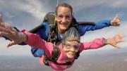 94. Yaşını Paraşütle Atlayarak Kutlayan Süper Babaanne