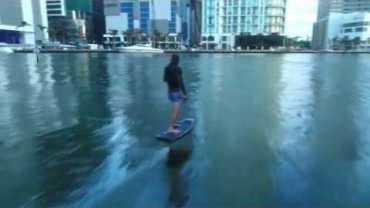 Miami'nin Merkezinde Foilboard Keyfi Yapan Adam