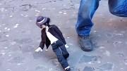 Sokak Sanatçısından Michael Jackson Kuklası İle Muhteşem Gösteri