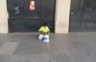 Önündeki Kovayla Sokakta Müzik Yapan Yetenekli Ufaklık