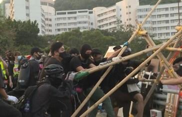 Hong Kong'da Eylemcilerin Polise Mancınıkla Karşılık Verdiği Anlar