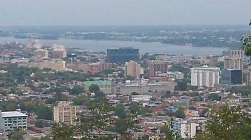 Sur le Mont Royal à Montreal vous avez une superbe vue de la ville mais aussi du fleuve Saint-Laurent