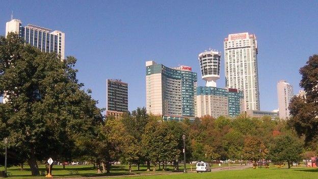 La villes est bien présente entre les Chutes notamment un très grand nombre d'hotels photo blog voyage tour du monde http://yoytourdumonde.fr