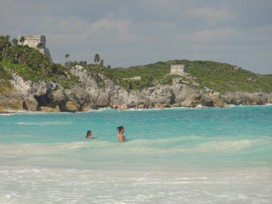 Superbe plage de Tulum avec eau turquoise photo blog voyage tour du monde https://yoytourdumonde.fr
