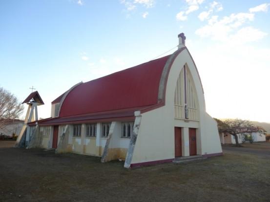 Nouvelle-Caledonie: Je quitte la ville de Koumac et de son église à forme particulière