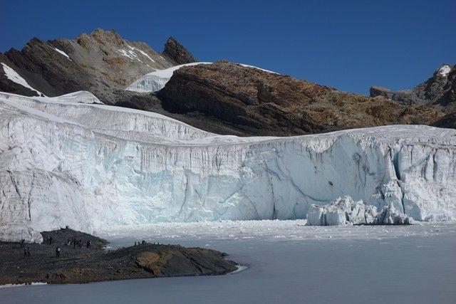 Perou-Huaraz: A plus de 5 000m d'altitude est à 3 heures en bus vous découvrirez un paysage magnfique entain de disparaitre avec le changement climatique. A voir sur le blog http://www.yoytourdumonde.fr/perou-huaraz-glacier-pastoruri/