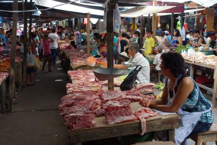 Perou-Iquitos: Marché de Belen, le stand de la viande.