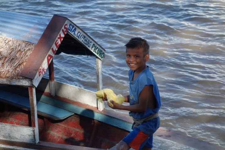 Perou- Amazonie: Pecheur a 8 ans à Iquitos