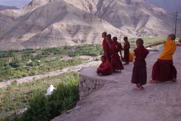 Moines bouddhistes qui s'amusent pres d'un temple au Ladakh photo voyage tour du monde http://yoytourdumonde.fr