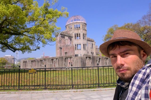 Appelé le dome de la bombe atomique ce bâtiment délabré était un ancien palais avant la bombe atomique photo blog voyage tour du monde http://yoytourdumonde.fr