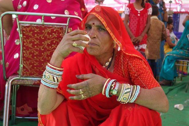 Une femme indienne lors d'un mariage en inde à pushkar qui attend la ceremonie avec du thé photo blog voyage http://yoytourdumonde.fr