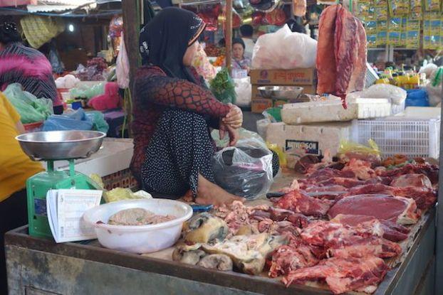 La maniere de vendre les produits sur le marché de Kampo au Cambodge est vraiment différente des marchés mondiaux. Photo blog tour du monde: http://yoytourdumonde.fr