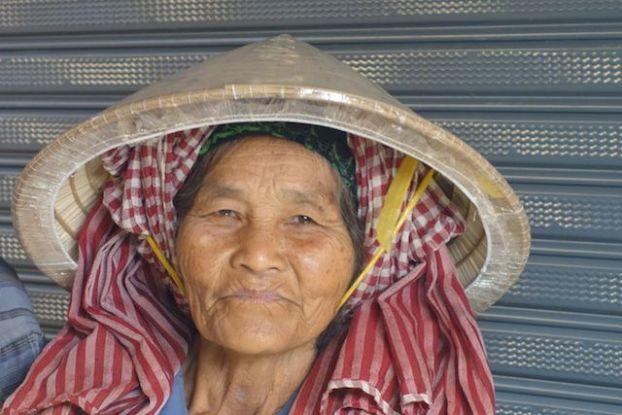 Portrait d'une vendeuse sur le marché de Kampot au Cambodge. Photo http://yoytourdumonde.fr