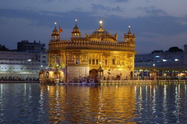 Le Temple d'Or à Amritsar en Inde au couché du soleil avec le bassin sacré photo blog voyage tour du monde http://yoytourdumonde.fr