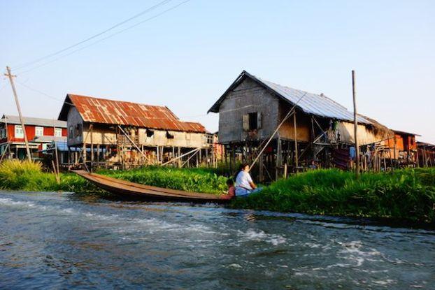 les maisons sur pilotis sur le lac inle donne une atmosphere feerique au lieu photo blog voyage tour du monde http://yoytourdumonde.fr