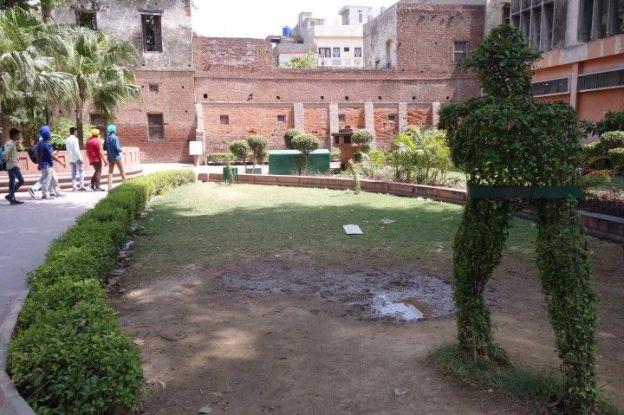 Le jardin Jallianwala Bagh est un lieu pour rendre hommage aux victimes indiennes a Amritsar. Photo blog voyage tour du monde http://yoytourdumonde.fr