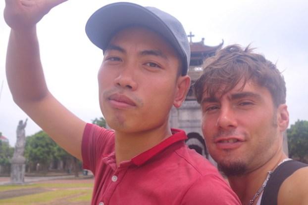 Cathédrale Phat Diem selfie vietnam baie d'halong terrestre photo blog voyage tour du monde http://yoytourdumonde.fr