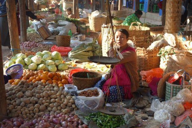 Les marchés en birmanie sont d'une beauté incroyables comme celui-ci que j'ai eu la chance de voir sur les berges du Lac Inle photo voyage tour du monde http://yoytourdumonde.fr