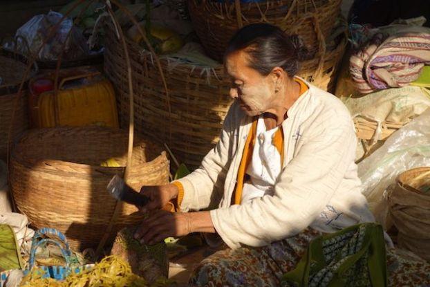 une vendeuse d'un certain age sur le lac inle j'avais adoré la prendre avec la pommade qu'on les femmes birmanes et avec la couleure du soleil photo blog voyage http://yoytourdumonde.fr