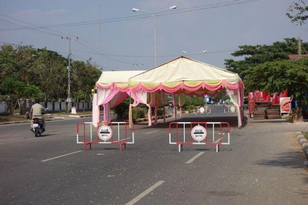 Les routes au cambodge sont souvent barrés pour cause de mariage! Je trouve cela hallucinant, photo prise à Kep au Cambodge http://yoytourdumonde.fr