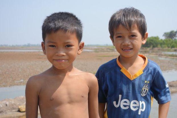 Jeune cambodgien à Kep devant l'appareil photo photo blog http://yoytourdumonde
