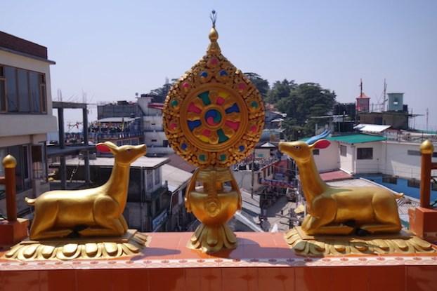 Les insignes tibétains dans le temple tibétains de Kalachakra Temple à Dharamsala photo blog voyage tour du monde http://yoytourdumonde.fr