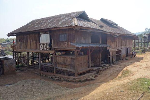 treck magnifique pres de hsipaw ou je decouvre les maisons des habitants de l'etat shan photo voyage tour du monde http://yoytourdumonde.fr