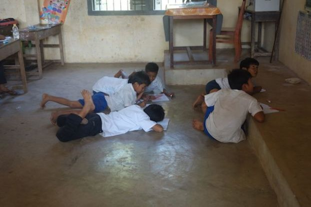 Un groupe d'ecolier dans une ecole de Kep qui ecrivent la leçon sur le tableau. Photo http://yoytourdumonde.fr