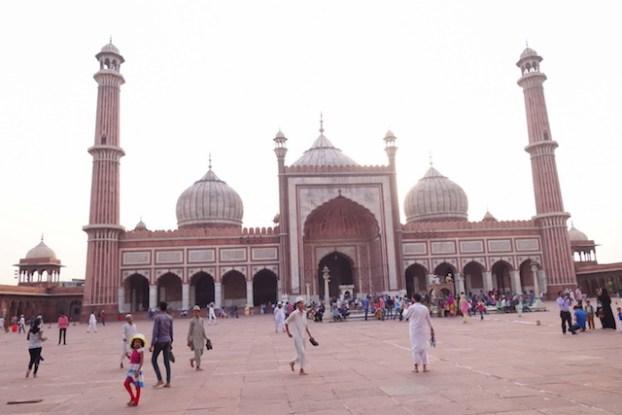L'architecture et la taille de la Mosquée Jama Masjid merite une visite du coté de New Delhi photo voyage tour du monde inde http://yoytourdumonde.fr