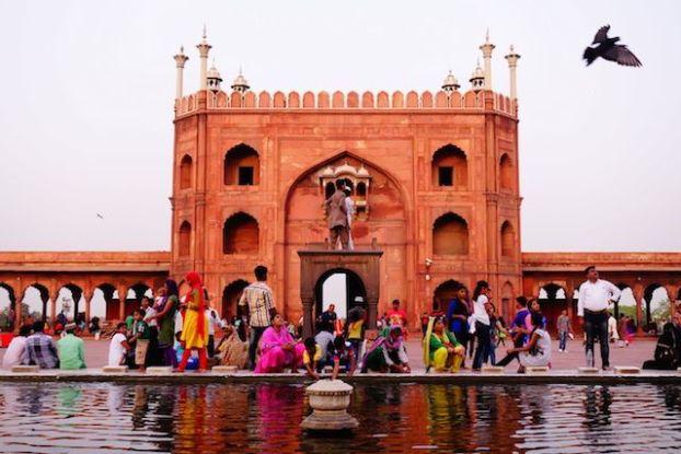 La grande mosquée Jama Masjid à New Delhi se visite à toutes heure sauf pendant les heures de prieres. Venez une heure avant le couché du soleil le site est alors magnifique avec la couleur du batiments qui change selon les rayons du soleil photo blog voyage tour du monde http://yoytourdumonde.fr
