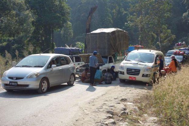 Les routes sont tellements catastrophiques en birmanie que certaines routes n'ont qu'un sens. blog voyage tour du monde http://yoytourdumonde.fr