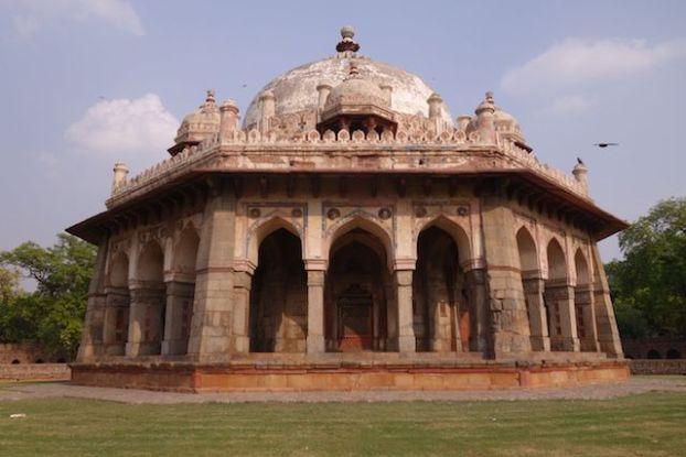 La Tombe de Humayun à New Delhi inscrit au Patrimine Mondiale de l'Unesco abrite de nombreux batiments et de nombreux tombeaux. Photo blog voyage tour du monde inde http://yoytourdumonde.fr
