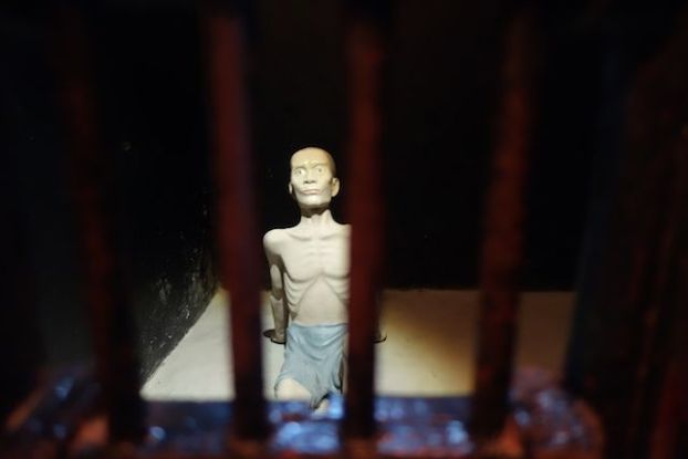Un prisonnier politique dans la prison d'Hanoi au Vietnam durant la periode coloniale.