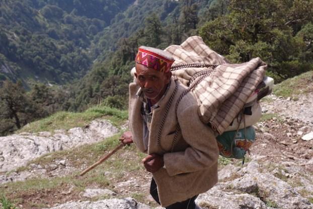Vous allez pouvoir voir des paysans et des porteurs du coté de Triund Hill en Inde dans les montagnes de l'Himalaya photo voyage tour du monde http://yoytourdumonde.fr