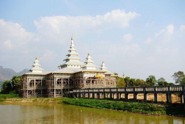 Des nouveaux temples sont construits en birmanie du cote de hpa-an photo blog voyage http://yoytourdumonde.fr