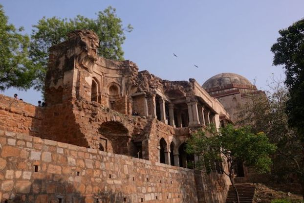 Ruines de Hauz Khas Village à New Delhi photo blog voyage tour du monde http://yoytourdumonde.fr