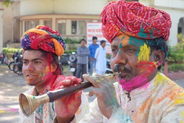 Groupe de musicien qui nous font découvrir la musique indienne pour le festival de Holi en Inde photo blog voyage tour du monde http://yoytourdumonde.fr
