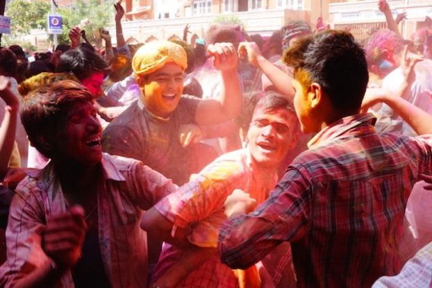 grosse fete de holi ou fete des couleurs dans les rues de l'inde ici a Jodhpur photo blog voyage tour du monde http://yoytourdumonde.fr