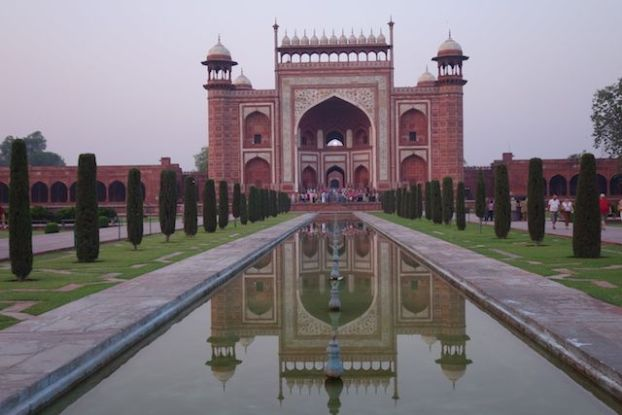 Le gres rouge a été utilisée pour la construction du taj Mahal notamment pour les portes d'entrées photo blog voyage tour du monde http://yoytourdumonde.fr