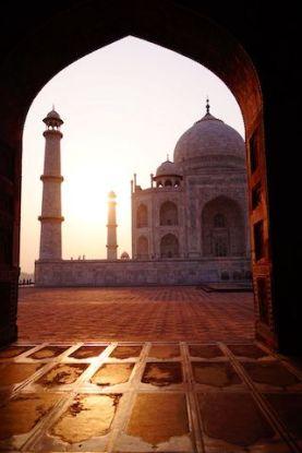 Le Taj Mahal au matin avec jeu de lumiere avec le soleil photo blog voyage inde agra tour du monde http://yoytourdumonde.fr