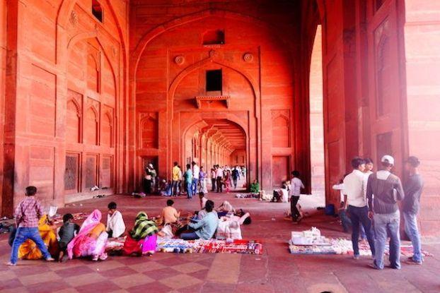 Les arcades ou les gens se reposent du coté de la Jama Mosquée photo blog voyage tour du monde http://yoytourdumonde.fr