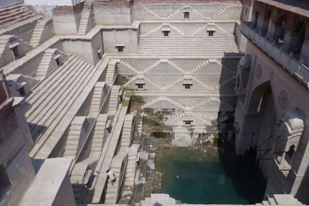 un puit construit dans la ville de jodhpur magnifique eun vrai chef d'oeuvre les locaux y plongent dedans photo blog voyage tour du monde http://yoytourdumonde.fr