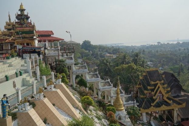 Temple bouddhiste sur une colline de Mawlamyine. photo blog voyage tour du monde http://yoytourdumonde.fr
