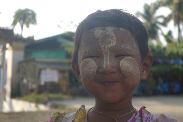 portrait d'une jeune birmane qui a du thakana sur le visage du coté de Mawlamyine photo blog voyage tour du monde http://yoytourdumonde.fr